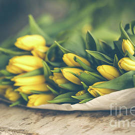 Dvoevnore Photo - Yellow tulips flowers bouquet on a wooden table
