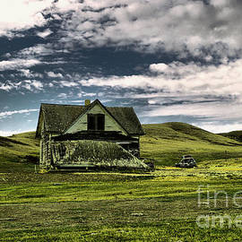 An old house falling in by Jeff Swan