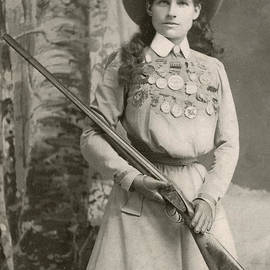 Annie Oakley With a Rifle, 1899 - Richard Kyle Fox
