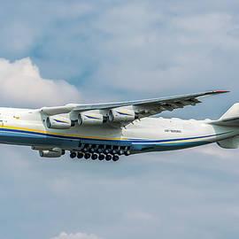 Antonov AN225 Mriya landing on Malpensa by Roberto Chiartano