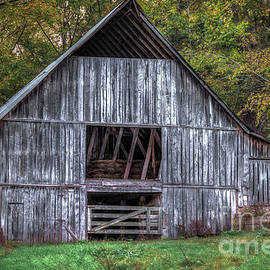 Boxley Valley Barn  by Larry McMahon