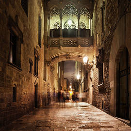 Artur Bogacki - Bridge in Gothic Quarter of Barcelona at Night