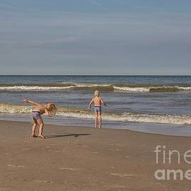 Patricia Hofmeester - Children playing at the seashore