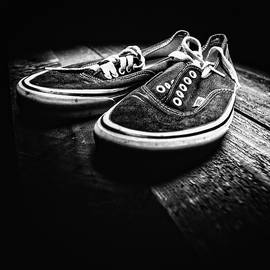 YoPedro - Classic Vintage Skateboard Shoes on Wood in BW