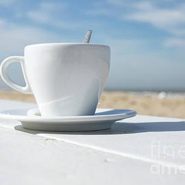 Patricia Hofmeester - Coffee on the beach