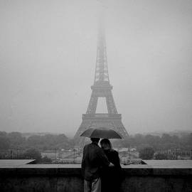 Cyril Jayant - Couple in the rain Near Trocadero.