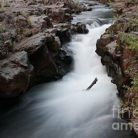 Jeff Swan - Flowing between the rocks