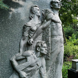 Vladi Alon - Grieving young family statue