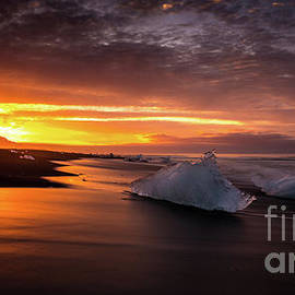 Jokulsarlon Sunrays Sunrise Beach Ice - Mike Reid