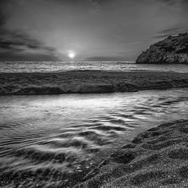 Guido Montanes Castillo - Just last minute at the beach Monochrome