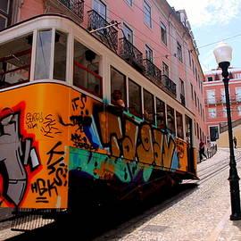 Laurel Talabere - Lavra Funicular in Lisboa