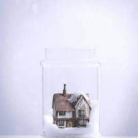 Amanda Elwell - Little Cottage Snowglobe