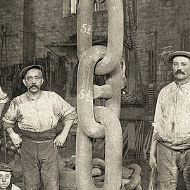 Making the Titanic's anchor chain at Hingley and Sons