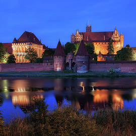 Artur Bogacki - Malbork Castle by Night in Poland