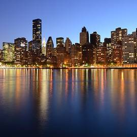 Merijn Van der Vliet - Midtown Manhattan skyline in the evening seen from Roosevelt Island