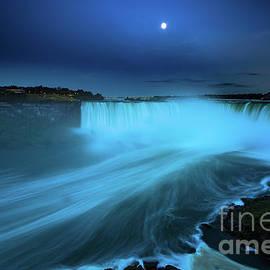 Mariusz Czajkowski - Niagara Falls and moon