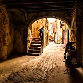 Georgia Mizuleva - One Very Italian Courtyard