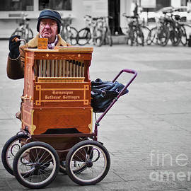 Tatiana Travelways - Organ grinder