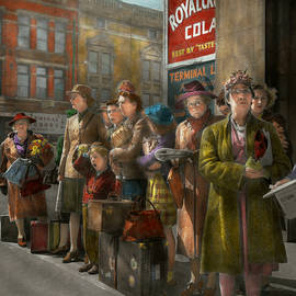 Mike Savad - People - People waiting for the bus - 1943