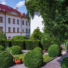 Jenny Rainbow - Prague Courtyards. Regular Style Garden