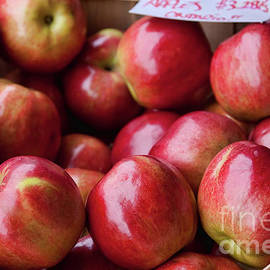 Red apples by Tatiana Travelways