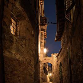 San Gimignano Alley - Niall Whelan