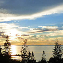 Scarborough Panorama. by Trudee Hunter
