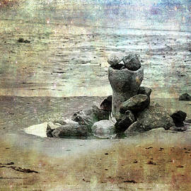 Randi Grace Nilsberg - Sculpture on the Beach