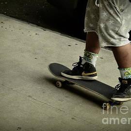 Miriam Danar - Skateboard - Summer in the City