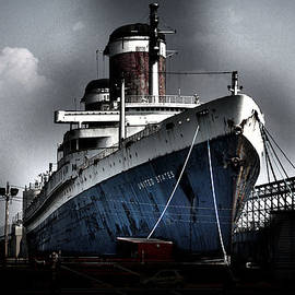 SS United States by Wayne Higgs