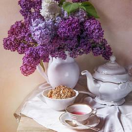 Jaroslaw Blaminsky - Still life with fresh lilac and china pots