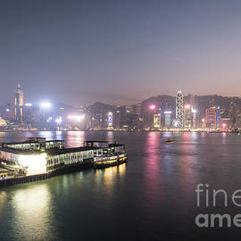 Didier Marti - Stunning view of the twilight over the Victoria harbor and star