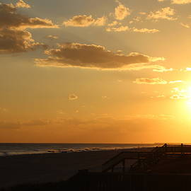 Cynthia Guinn - Sun At Holden Beach
