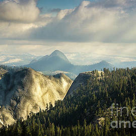 RicardMN Photography - Sunrays over Yosemite National Park