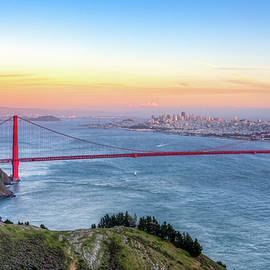 Ken Wolter - Sunset panoramic view of the Golden Gate Bridge from Hawk Hill