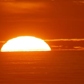 Jeff Swan - The sun sinking into the ocean