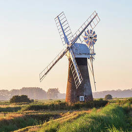 Sebastien Coell - Thurne windpump amongst the grass