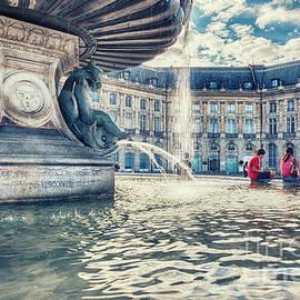 Ariadna De Raadt - Town square in Bordeaux city - de la Bourse s Founta