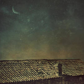 Mythja Photography - View over roof at night
