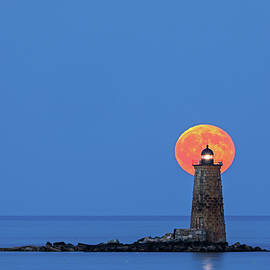 Juergen Roth - Whaleback Lighthouse with Buck Full Moon