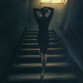 Mythja Photography - Woman on stairs