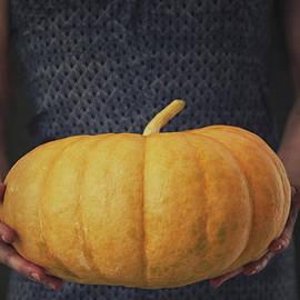 Mythja Photography - Woman with pumpkin