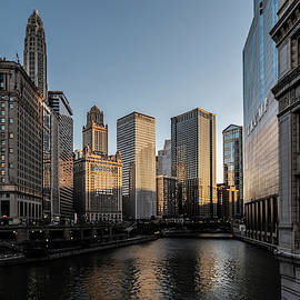 Last bit of sun hitting Chicago skyscrapers by Sven Brogren