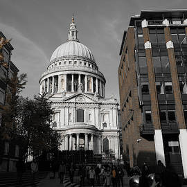 St Pauls Cathedral London people by Santosh Puthran