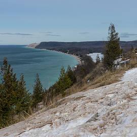Empire Bluff hiking trail in winter by Guillermo Lizondo