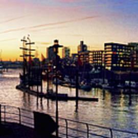 Sonnenuntergang im Hamburger Hafen by Peter-Michael Von der Goltz