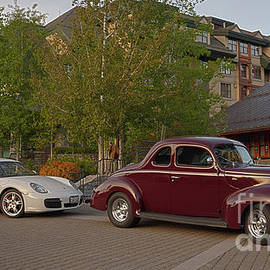 1940 Ford coupe model 48 and a Porsche by PROMedias Obray