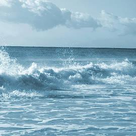 Amazing Blue waves by Maria isabel Villamonte