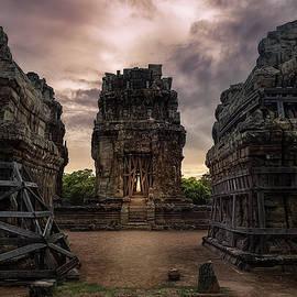 Angkor wat at sunset by Sergio Florez Alonso