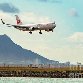 Diamond Head JAL B767 Arrival by Phillip Espinasse